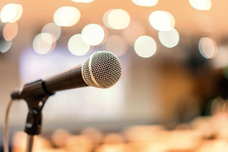 Micrófono en sala de reuniones para conferencias. Foto de archivo
