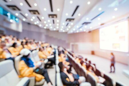 Desenfoque de conferencias y presentaciones de negocios en la sala de conferencias.