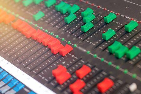 apparatuur voor geluid mixer controle, electornic apparaat. Stockfoto