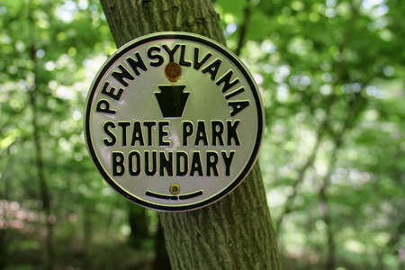 Pennsylvania State Park Boundary Sign Appalachian Trail Forest Tree Redactioneel