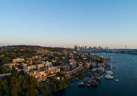 Seattle Eastlake Capitol Hill y Downtown Barrio aéreo Paisaje urbano Vibrante puesta de sol Iluminación Cielo azul claro