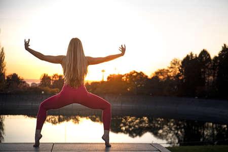 Yoga Girl Goddess Pose Silhouette View Sunlight Background Reklamní fotografie