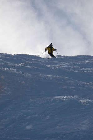 パウダーの中で黄色のスキーヤーの雪、Mosettes - Cubere エリア、シャテル、フレンチ アルプス、フランス