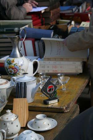 古い書籍や磁器の食器、Planpalais フリー マーケット、ジュネーブ、スイス 写真素材
