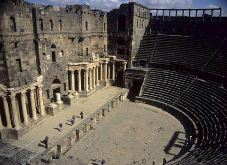 Romeinse theater, van boven tier zitplaatsen, gebouwd uit donkere basalt rock, Bosra, Syrië Stockfoto