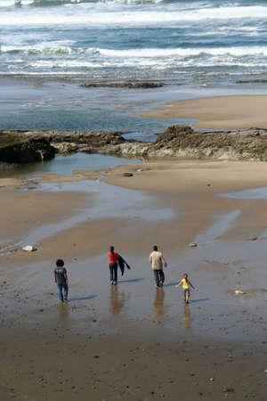 Eb, familie wandelen op het strand, Agate Beach, Newport, Oregon kust