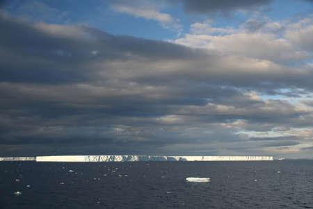 tabellare: Tramonto con iceberg tabulari, Bransfield Stretto, Antartide