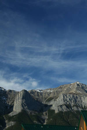 lenticular: Kananaskis mountains; high cirrus clouds on deep blue sky; weather front moving in, lenticulars forming on peaks. Canadian Rockies,Kananaskis, Canmore, Banff, Alberta, Canada Stock Photo