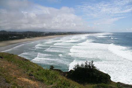 ヤーキーナ頭、オレゴン州の海岸の下の長いビーチ沿いをサーフィンします。
