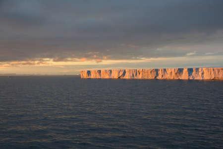 tabellare: Tramonto con un iceberg tabulare, Bransfield Proliv, Antarctica   Archivio Fotografico