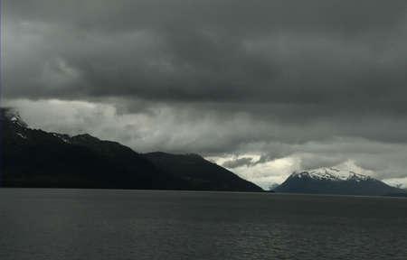 ridges: Infausto nuvole scure e nero creste, Martinez Fjord, Patagonia, Cile Archivio Fotografico