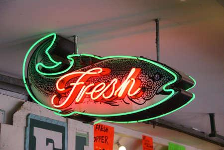 新鮮な魚のネオンサイン、新鮮な魚介類の市場、パイク プレイス マーケット シアトル太平洋岸北西部