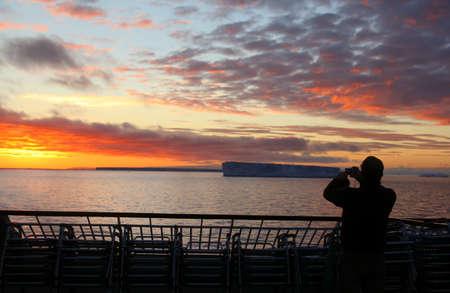 tabellare: I passeggeri di navi da crociera di scattare foto con il tramonto tabellare iceberg, Bransfield Stretto, Antartide