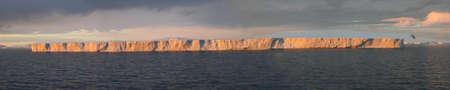 tabellare: Iceberg tabulari, bagliore del tramonto, Bransfield Stretto, Antartide Archivio Fotografico