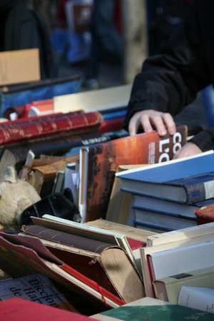 tr�delmarkt: Stapel alter B�cher zu verkaufen, Planpalais Flohmarkt, Genf, Schweiz