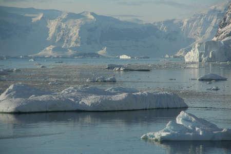 Brash ice, icebergs on an ocean as smooth and shiny as a mirror,  Neko Harbor, Andvord Bay, Antarctica   版權商用圖片