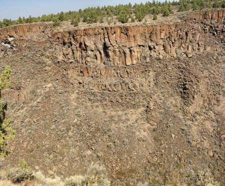 talus: Antecedentes - acantilados de basalto y talud de la antigua corriente de lava, Crooked Ca�on del R�o, Central Oregon