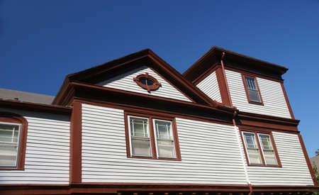 house gables: Classic House de Nueva Inglaterra, con gables y cielo azul, Bar Harbor, Mount Desert Island, Parque Nacional Acadia, Maine, Nueva Inglaterra