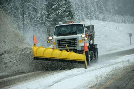 除雪機吹雪、ロッキー山脈、アイダホの道をクリアします。