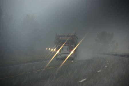 blizzard: Trucks, die durch Nebel und Schneesturm, Rocky Mountains, Idaho