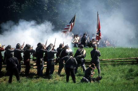 guerra: Soldados confederados antelaci�n, recreaci�n batalla de la Guerra Civil