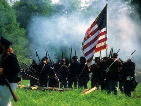 連合ライン、火を準備します。南北戦争の戦いの再現 写真素材