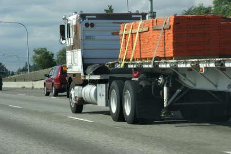 フラット ベッド半トラックに貨物、高速道路を高速化