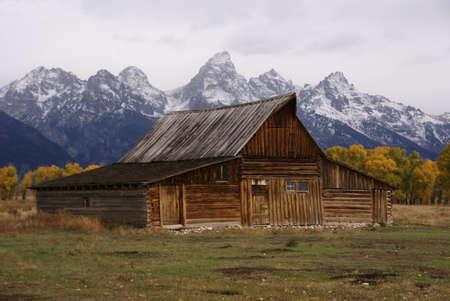 teton: Autunno, Grand Tetons e vecchi fabbricati agricoli occidentali Mormon Row, Grand Teton National Park, Wyoming