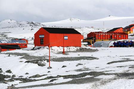 建物は、アルゼンチンのベース エスペランサ南極ツアー グループ 写真素材