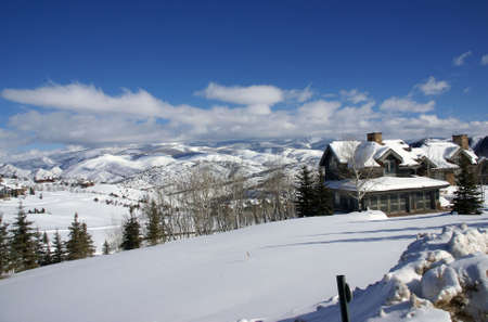 冬の雪: ローリング ヒルズ、ハコヤナギおよび大きい家、山脈、コロラド州