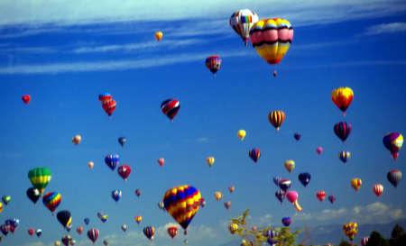 Ballons à air chaud CONTRE ciel bleu, International Balloon Festival, Albuquerque, Nouveau-Mexique