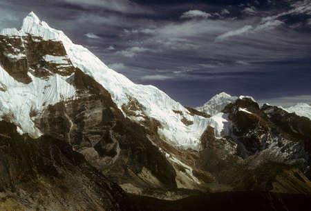 ギザギザのピークと青い空、Chyungma 渡す Khumbu ネパール 写真素材