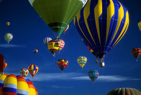 Heteluchtballons treden tegen blauwe hemel, International Balloon Festival, Albuquerque, New Mexico Stockfoto