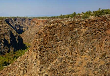 talus: Acantilados de basalto y talud de la antigua corriente de lava, Crooked Ca�on del R�o, Central Oregon
