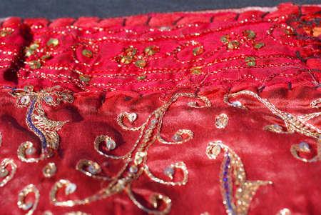 ラージャス ターン壁掛けキルト サリー、詳細、赤のパターンから成っています。