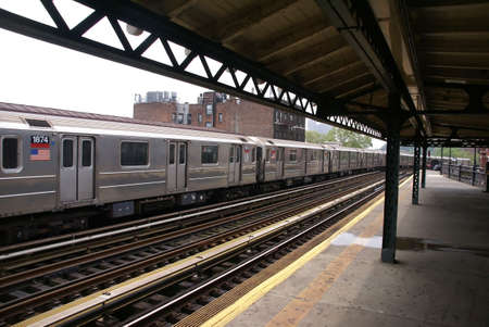 Verhoogde metro op uiteinde van Manhattan, Spaans Harlem, New York City   Stockfoto