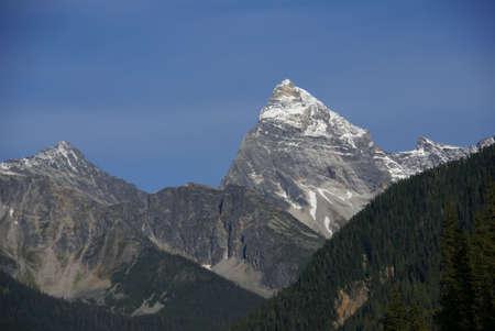 Sir Donald millones de toneladas, con cielo azul, Rogers Pass, YOHO Parque Nacional, Revelstoke Rocosas canadienses de Columbia Británica, Canadá  Foto de archivo - 3613040