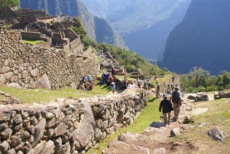 マチュピチュコンプレックス、ペルー、南アメリカに入る観光客