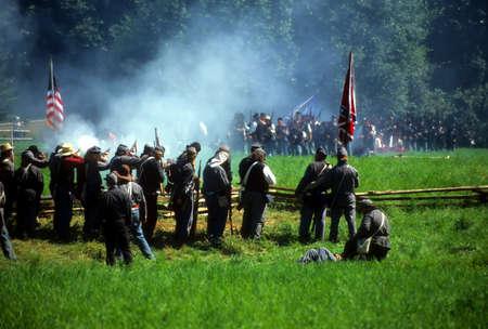 Confederates volley brand op het bevorderen van de Unie soldaten, burger oorlog strijd reenactment