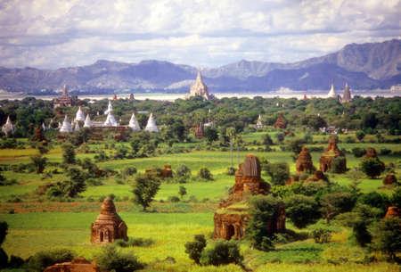 Temples on green Pagan plain  Pagan, Burma / Myanmar, Asia Archivio Fotografico