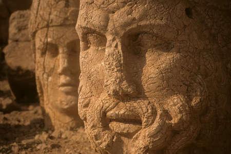 ゼウスとアンティオコス、トルコの古代の墓を守っているネムルート山 Dag 巨大な像 写真素材