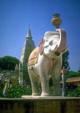 Painted elephant outside temple,  Delhi, India, Asia Foto de archivo