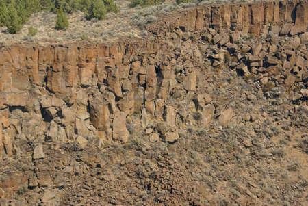 talus: Antecedentes - acantilados de basalto y talud de la antigua corriente de lava, Crooked Ca��n del R�o, Central Oregon Foto de archivo