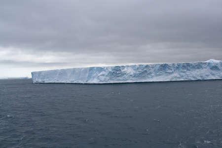 tabellare: Iceberg tabulare in mare Antartico, Erreras Channel, Antartide
