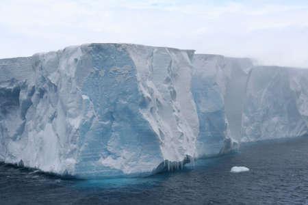 tabellare: Tabulare iceberg in mare Antartico, Erreras Channel, Antartide