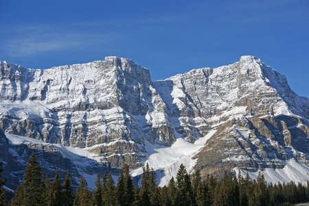 후지산 Crowfoot, 서커스에 매달리는 빙하, Columbia Icefield Parkway, Alberta, Canada 스톡 콘텐츠