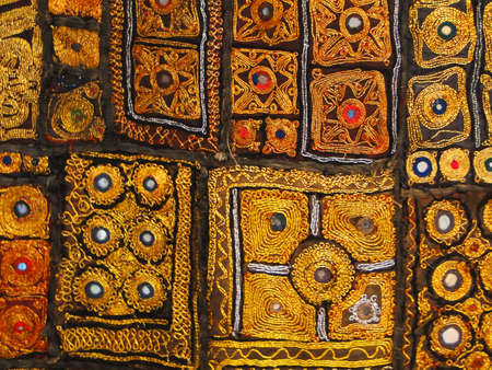 Rajasthani muur hangende gemaakt van Gematelasseerde saris, detail, gold patronen                          Stockfoto