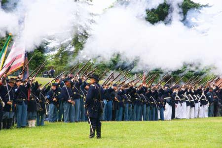 PORT GAMBLE, WA - JUN 20 - Union infanterielijn vuurt een salvo af tijdens een mock burgeroorlogslag op 20 juni 2009 in Port Gamble WA