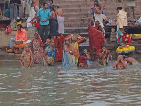Varanasi, en Inde - Nov 6 - hindous effectuer puja rituel à l'aube dans le Gange le 6 nov 2009, à Varanasi, en Inde. Banque d'images - 6890456