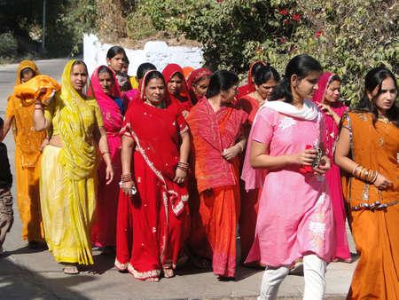 ラジャスタン州、インド - 12 月 6 日 - カラフルなインドの女性はラジャスタン州、インドで 2009 年 12 月 6 日、上の結婚式の行列を形成します。